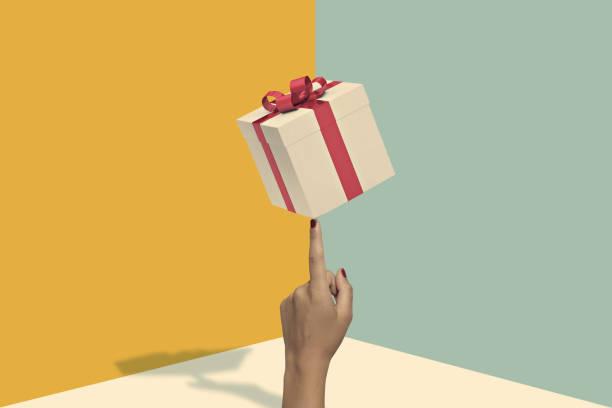 Main tenant un paquet cadeau publicitaire sur fond jaune et bleu