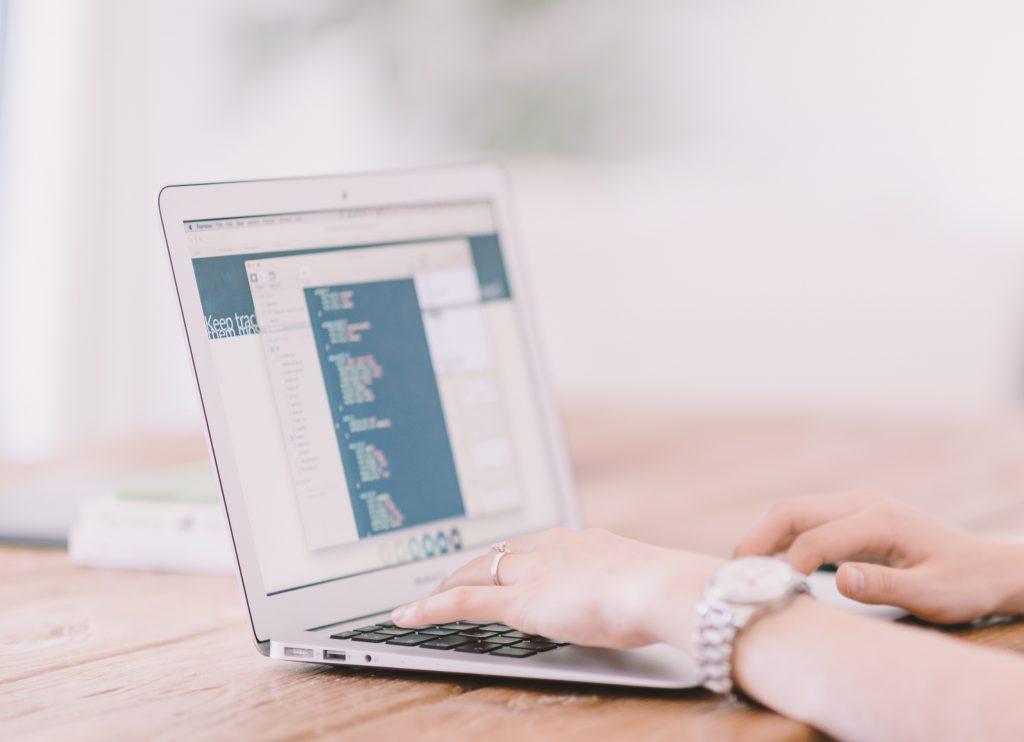 Femme en train de gérer la comptabilité d'une entreprise en ligne