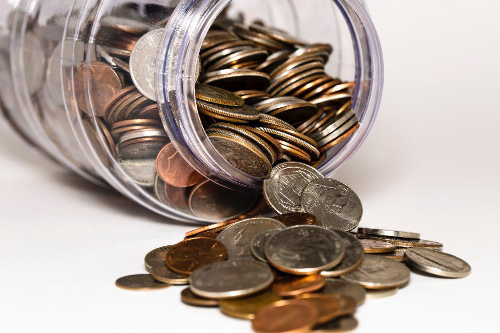 Bocal en verre rempli de pièces de monnaie pour symboliser comptes bancaires
