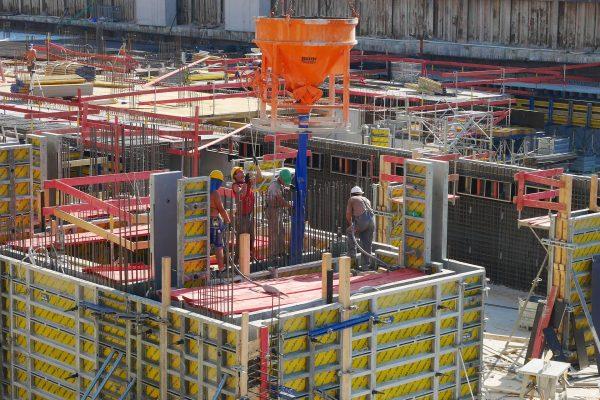 Chantier de construction avec des ouvriers du bâtiment