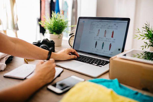 Femme qui surfe sur un site e-commerce de vêtements