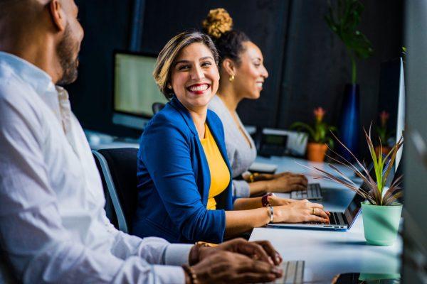 Salariée qui sourit à un collègue