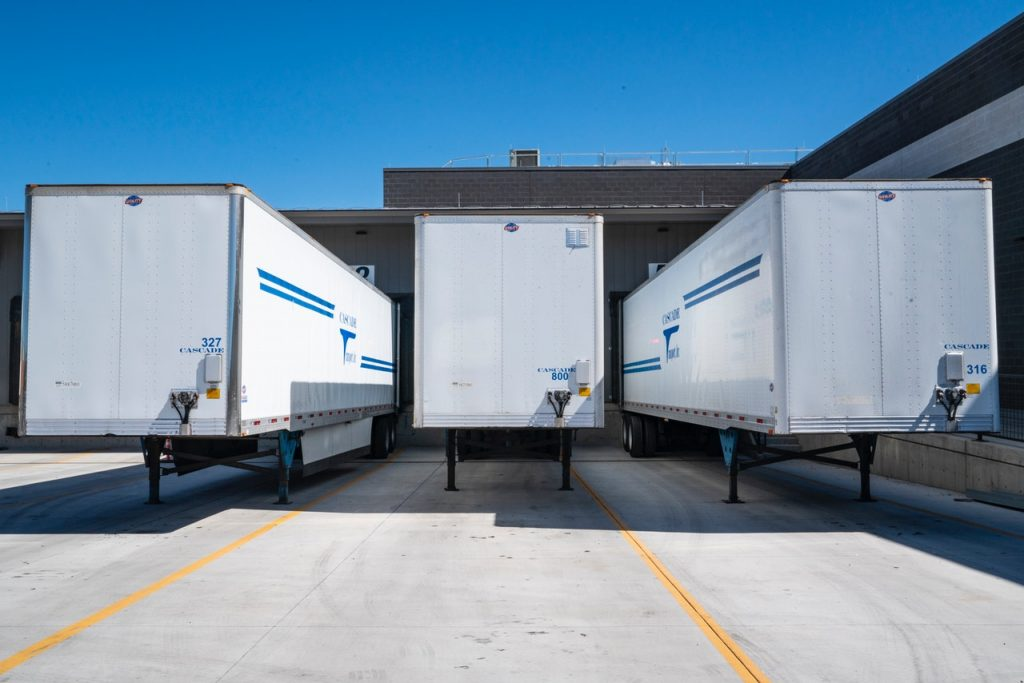 Remorques de camion garées