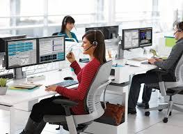 personnes à des bureaux en open space