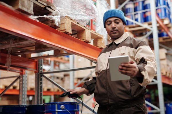prépareteur de commandes qui scanne un produit