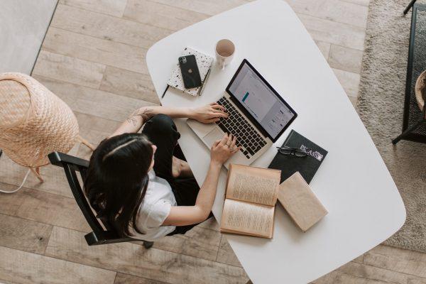jeune femme qui travaille sur un ordinateur de puis chez