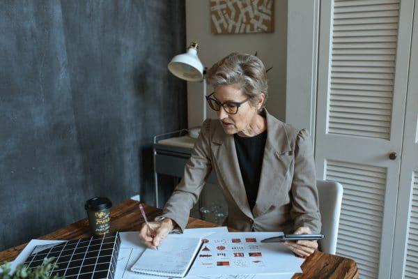 Femme d'affaires qui prépare sa stratégie retraite