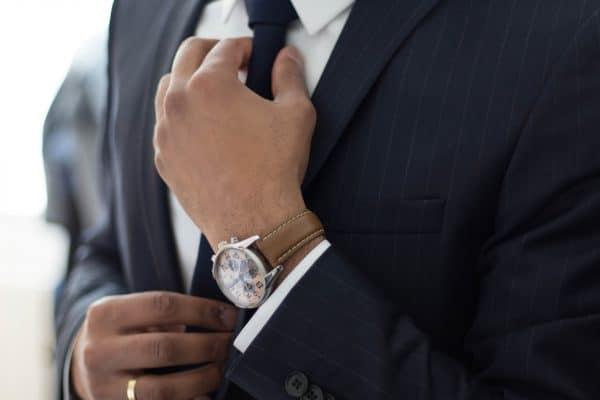 objets publicitaires homme en costume